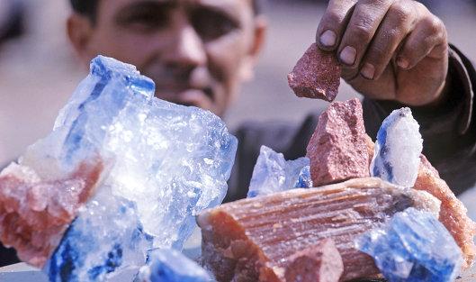 это горные породы и минералы, которые используются или могут быть применены в народном хозяйстве: для получения